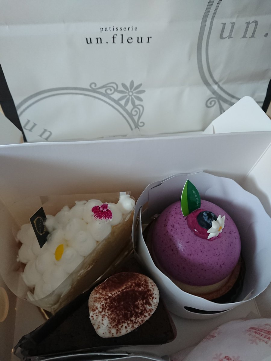 """I received a cake.😘 There was an """"Ivolic moment"""" in front of the """"Un.fleur"""" shop, right?🤔 When I asked the person who received it, he said that it had changed long ago.👀‼️ #un.fleur #cake #Delicious #Thank you https://t.co/GoCC0LQ9FL"""