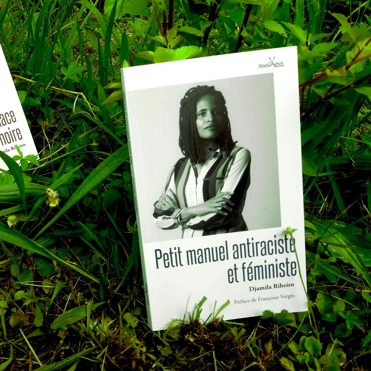 Les deux essais de la philosophe féministe Djamila Ribeiro invitent les lecteur·ices à questionner leurs préjugés ou biais inconscients ; la réflexion intersectionnelle nourrit une invitation à l'écoute. À lire : https://t.co/woQYlezeaM @AnacaonaEdition  #feminisme #antiracisme https://t.co/8i1LQx0mVm