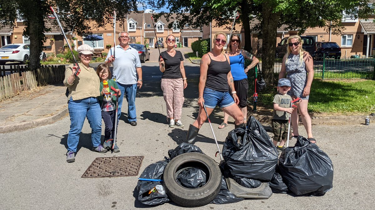 Working together with @lornafielker and Mansbridge Community Association, we had a fantastic day in Mansbridge litter picking ✨  Thanks to the volunteers' hard work the area is clean and clear of litter. And we had some lovely feedback from the #community too. Great work all! 👏 https://t.co/YqDdxurd2K