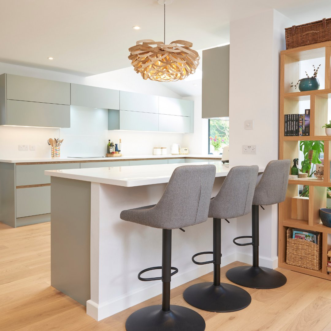 Take a look at the amazing features included in this sleek modern kitchen: ⭐The Connery cocktail cabinet ⭐Messina Oak handle rail ⭐Legrabox internal drawers ⭐HLine Hampton in Light Blue ⭐Sleek utility room . ✏️ @new.forest.designs