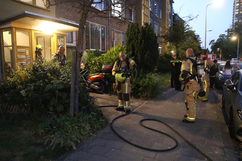 NU ONLINE: Brandweer blust brand in woning Genemuidenstraat Den Haag..