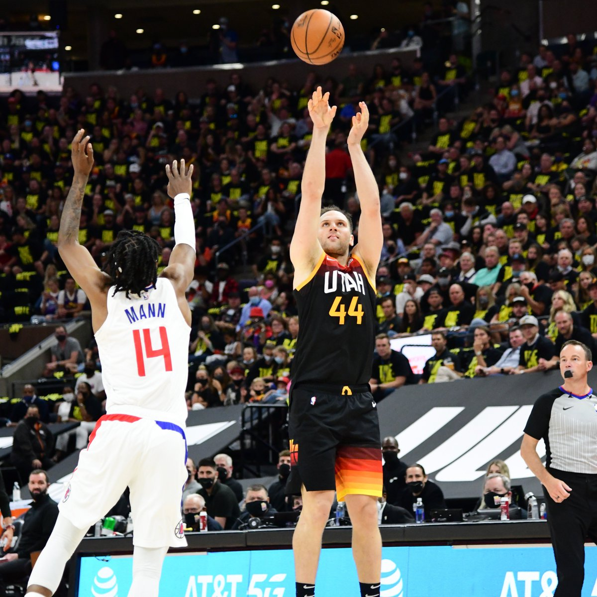 The @utahjazz 17 threes made in the 1st half tonight are the 2nd most 3PM in any half in #NBAPlayoffs history. Cleveland made 18 triples in the 1st half on 05/04/2016. https://t.co/oXyj9mUiUq