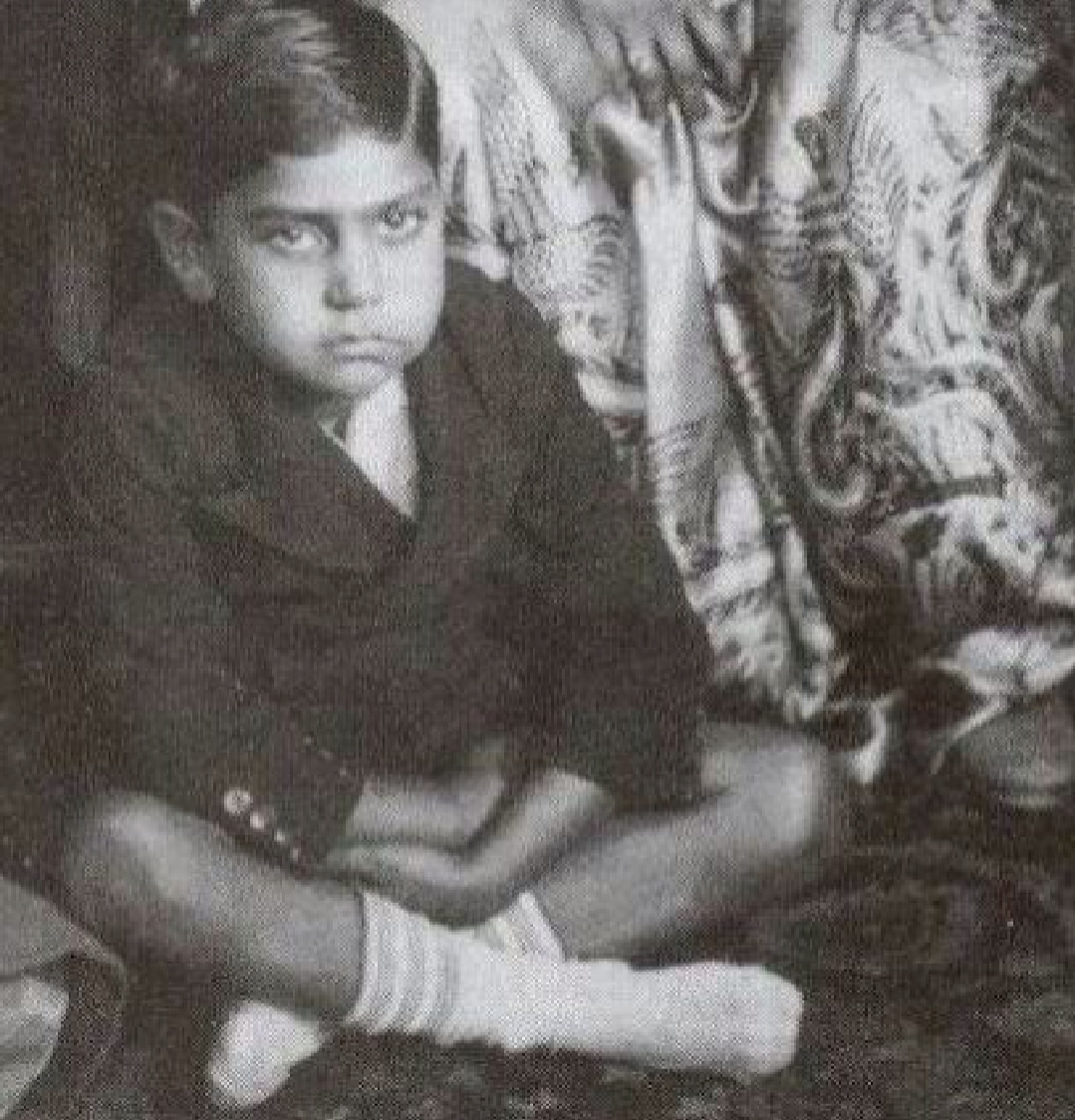 Can you guess this bollywood actor?  This time I will not give you any hint...🙄  Because how can you not guess this famous actor if you are an bollywood fan🥺🥺  P.S:- Don't cheat!!!! Aapko bollywood ki kasam 😡 #SaturdayMorning #Bollywood #Twitter #India https://t.co/YdJ1oCnr56