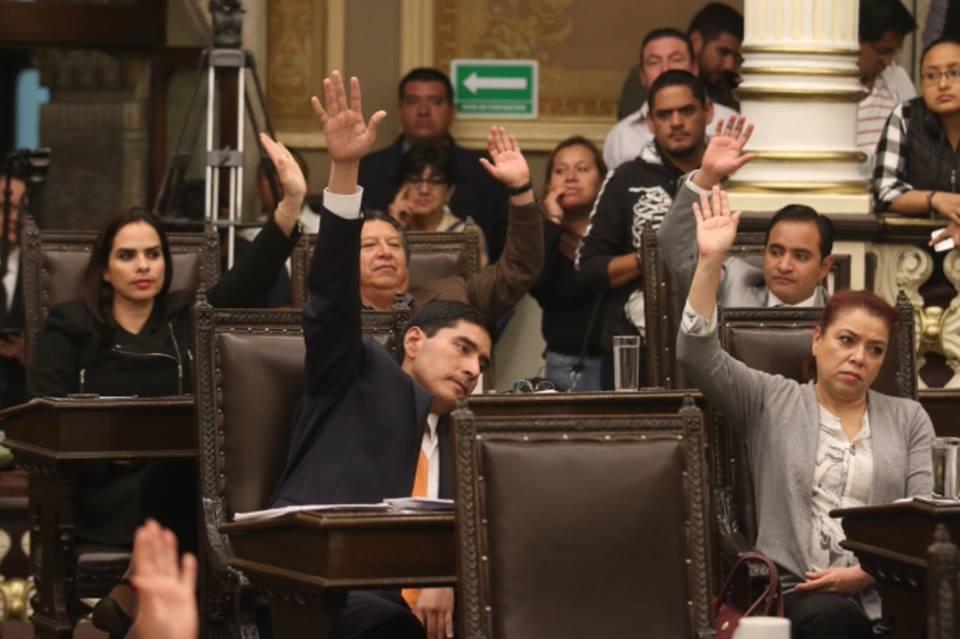 🚨📢| Veta Barbosa por primera vez una reforma del Congreso.  #Puebla #México #EstadosUnidos #Noticias #VideoViral #UltimaHora #Viral #Compartir #ResonanciaInformativa #Vacunas   ⬇️Nota completa ⬇️ https://t.co/tyKQbxgAwa https://t.co/vxkvIKrRm1