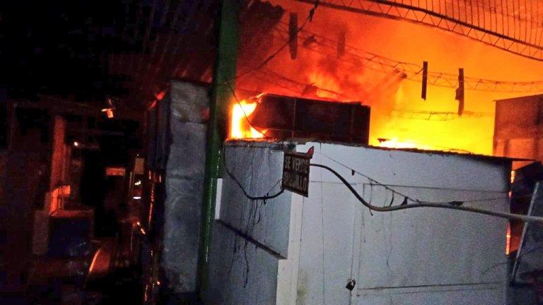 #NACIONALES #VIDEOS   Voraz incendio consume al menos 40 puestos en el mercado regional de Usulután  https://t.co/rssWJIhPGg https://t.co/EQuwGazab9