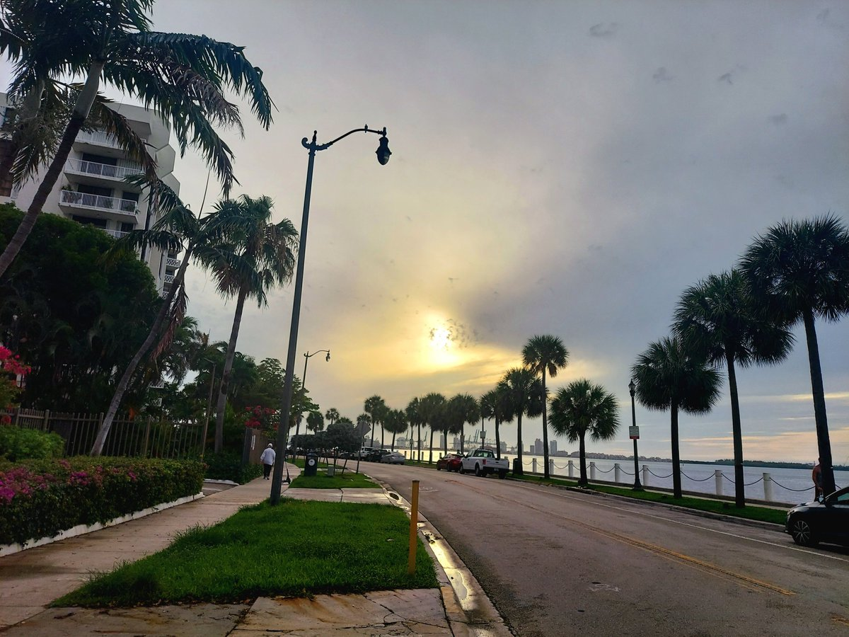 #WR: Stormy days continue! This is Miami's coasts on June 17: Cloudy, dark clouds and in between, a yellow-white stain, Mr. Sun that is trying to open his way. #Florida #Miami #MrSun #storm  @StormHour @StormHourMark @ThePhotoHour @StormHourMedia @StormHourAdele @FloridianCreat1 https://t.co/lYLNCpHRTI