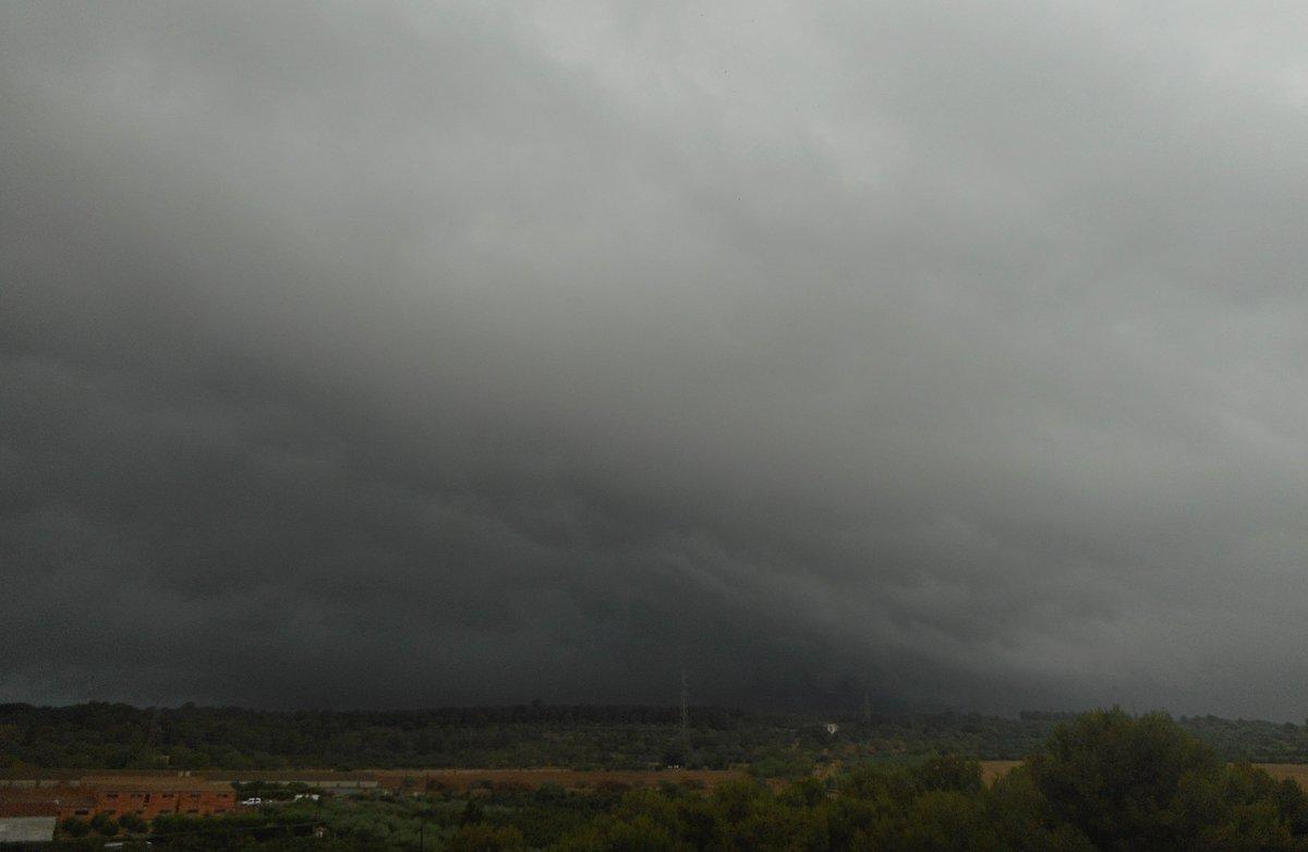 Negror imponent aquesta tarda mirant cap a l'Alt Camp des de #ElsPallaresos #Tempesta #Stormhour #eltempstv3 #meteocat #meteo https://t.co/dyE5E3YYmd