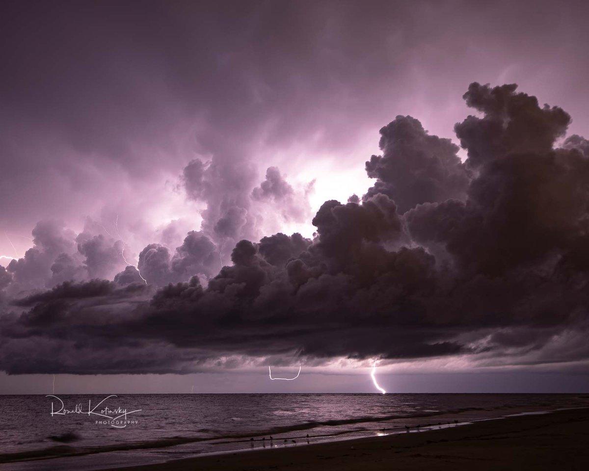 A Storm at Sea at Siesta Key - Florida   #natgeoyourshot @MattDevittWINK #weather #stormchasers #storm #lightning @StormHour https://t.co/9yFMPfOCbe