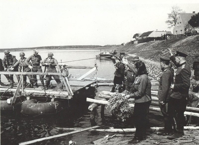 Meeting at the Elbe. American troops crossing over to the Soviet side. #history #WW2 https://t.co/lsq3MrUJbn
