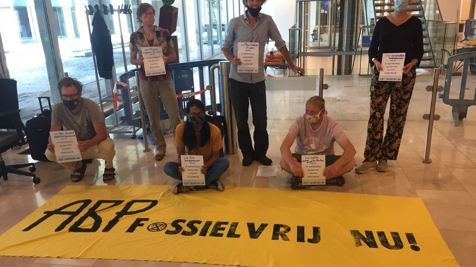 Politie beëindigt bezetting ABP: acht activisten opgepakt:..