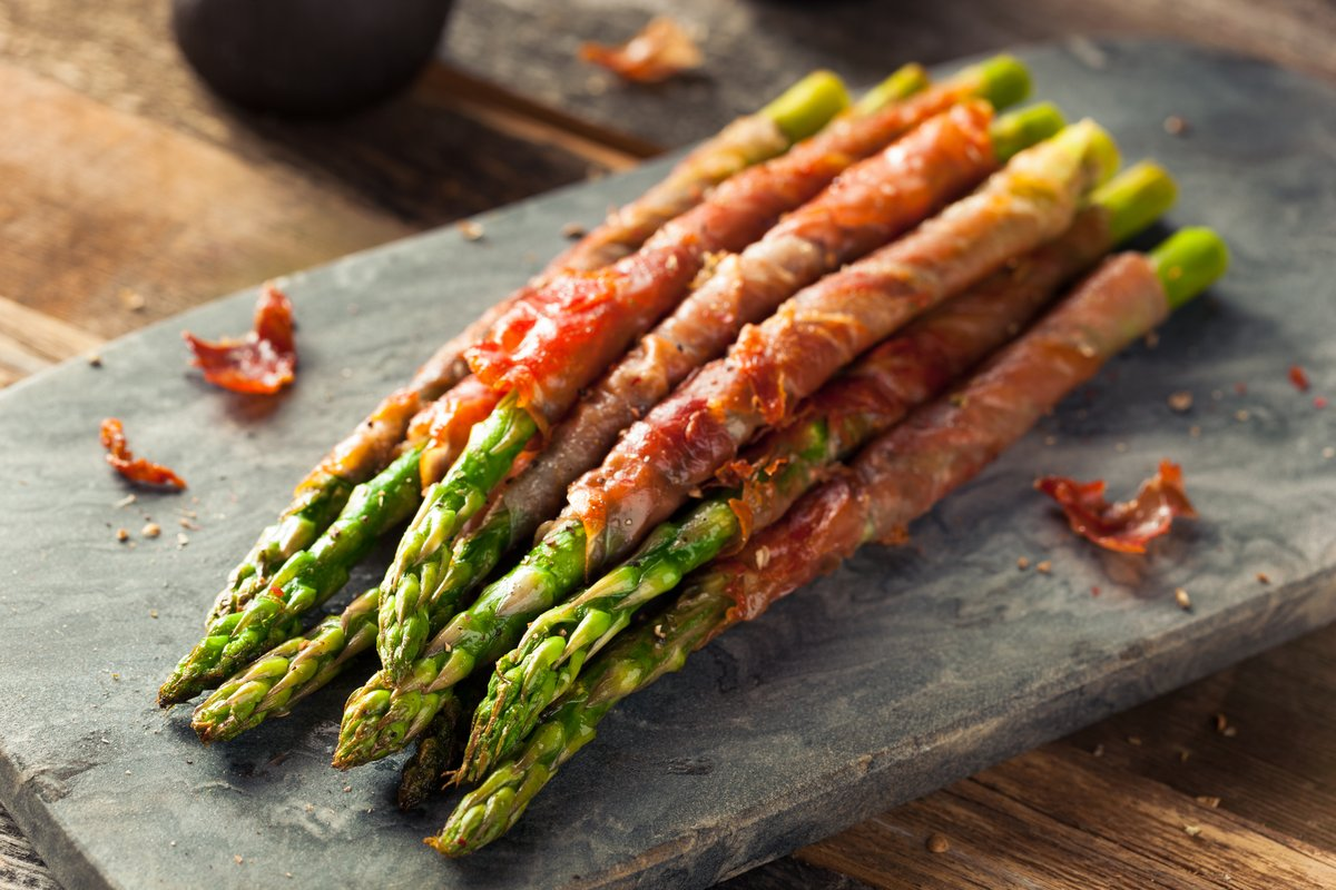 We love making our Prosciutto & Fig Wrapped Asparagus for Summer Dinners. You can prep them the night before and pop them in the oven while dad grills the steaks and chicken!  #Foodie #AsSeenInColumbus #recipes #FoodLover #InstaFood #ForkYeah #DailyFoodFeed #InstaEats https://t.co/fvdZKKqGbZ