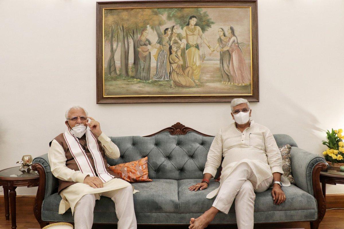 आज हरियाणा के मुख्यमंत्री श्री मनोहर लाल खट्टर जी के साथ कैंप ऑफिस में आत्मीय मुलाकात हुई।   हमने जल से जुड़े विषयों और विशेष सतलुज - यमुना लिंक (SYL) की प्रगति पर रायशुमारी की।  खट्टर जी अनुभवी नेतृत्वकर्ता हैं। वे सभी मुद्दों पर जनहित को प्रथम प्राथमिकता देते हैं।  #Haryana https://t.co/BxMqC54ofo