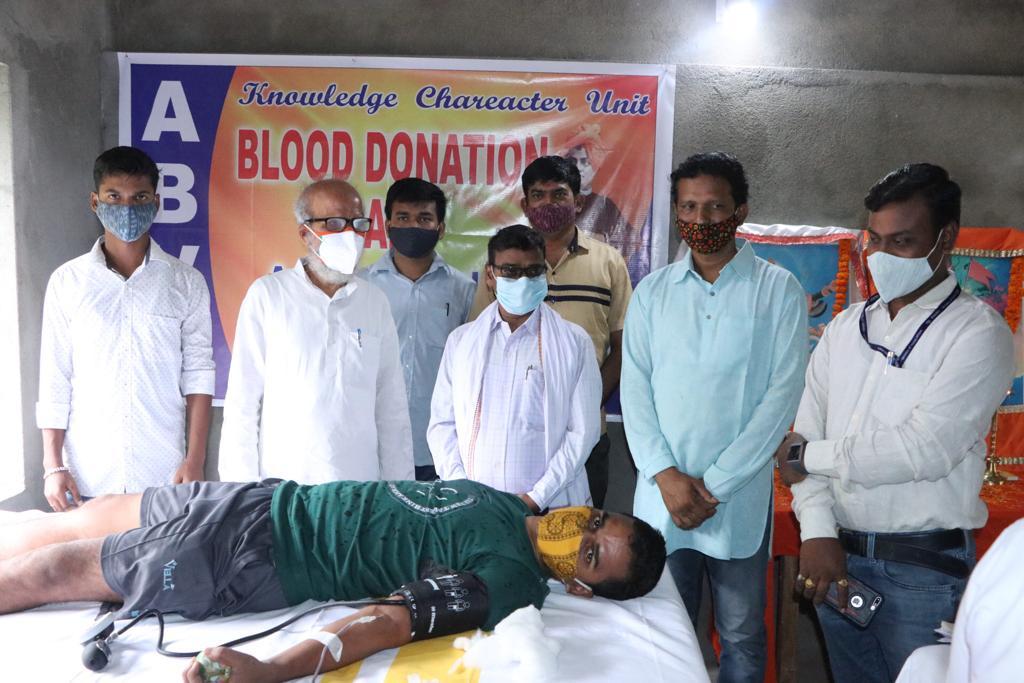 कोरोना काल में रक्त की भारी कमी को देखते हुए @ABVPVoice ,नीलगिरि की छात्राओ द्वारा आयोजित रक्तदान शिविर का उद्घाटन किया । इस मौके पर शिविर में पहुँचकर रक्तदान करने वाले युवाओं का उत्साह वर्धन किया । https://t.co/vNMuBMY3po