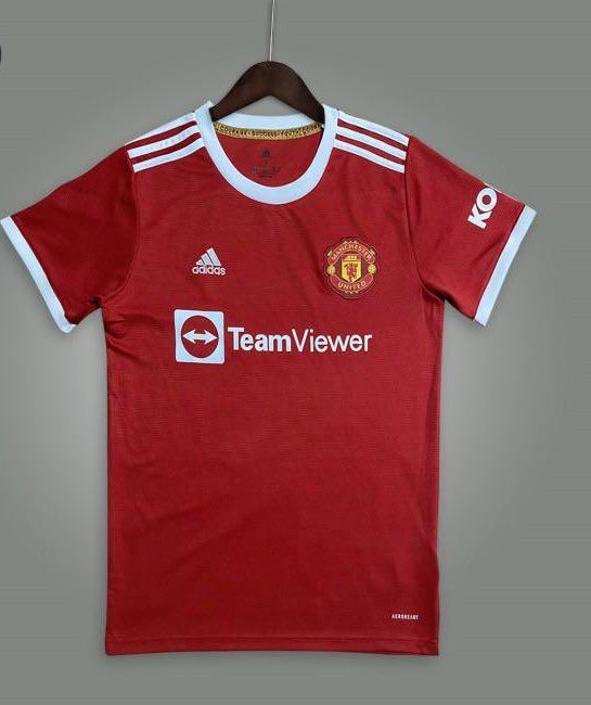 I tend to love every United home kit but I don't like this one at all! ( if it is the home kit ) Am I being harsh? Sponsor isn't right, arms aren't right and just feels basic without tapping into heritage. Agree or not 🤷🏻♂️ https://t.co/Sle6VXutpT