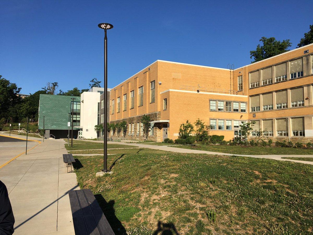 Dernier jour d'école - sentiments doux- amers des élèves et du personnel de @DHMiddleAPS! Félicitations pour un travail bien fait! #phoenixstrong https://t.co/LSR8mO6z39