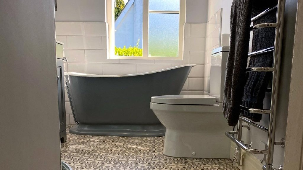 We are always pleased to see images from our customers of their baths in place. Thank you to Future Innovations for sharing this image of the Cameo Cast Iron Bath, F&B Down Pipe Finish.. View our Full Range of Cast Iron Baths: hurlinghambaths.co.uk/baths/cast-iro… #baths #castironbaths