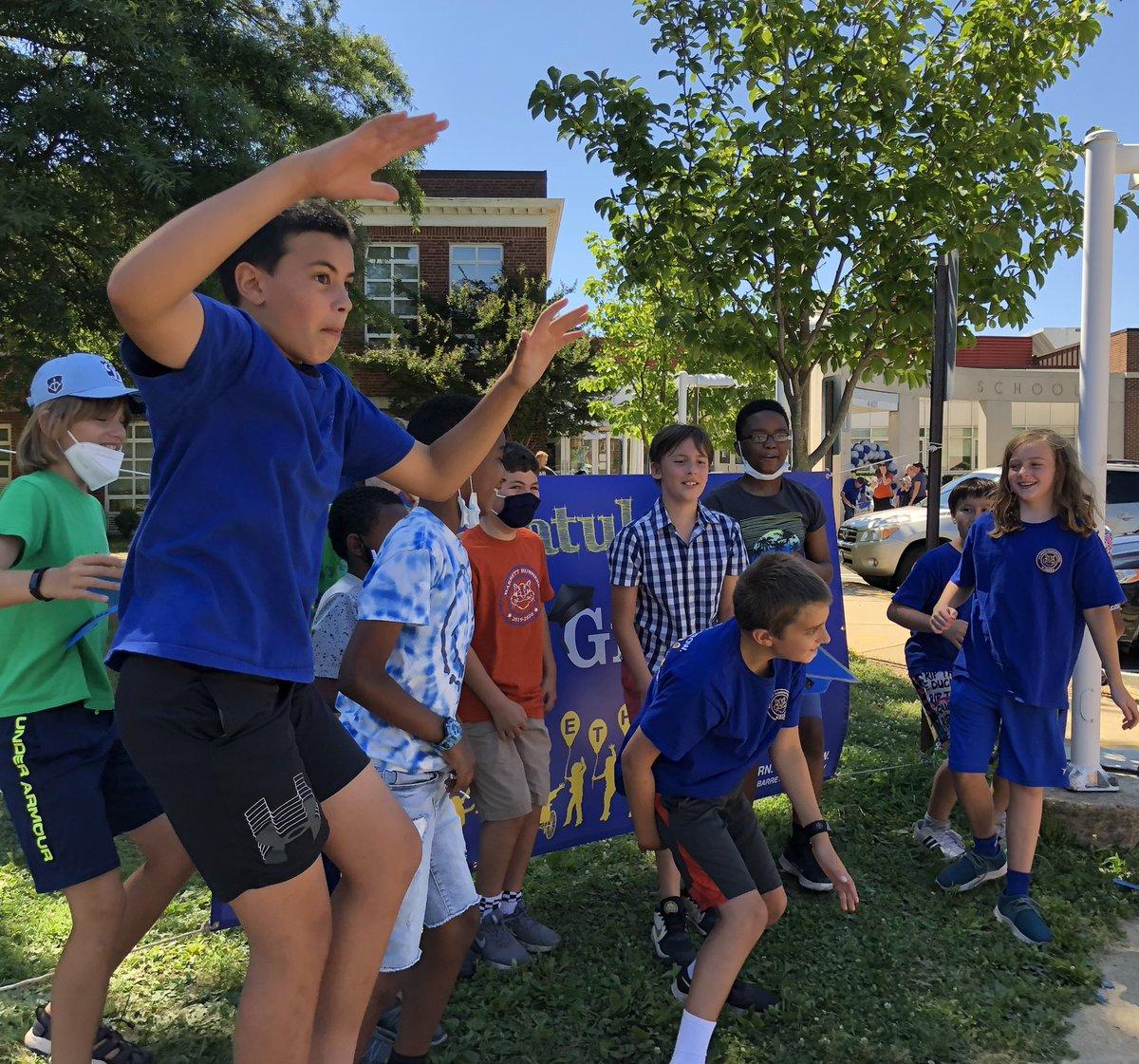جميلة الطقس المشمس الدافئ لمدة باريت 5TH التصفيق تعزيز الصف موكب من الاحتفال #KWBPride #students #smiles #jump #joy # APSGrads2021 #KWBPride #APSisAwesome APSVirginia https://t.co/JMZIZNlVkH