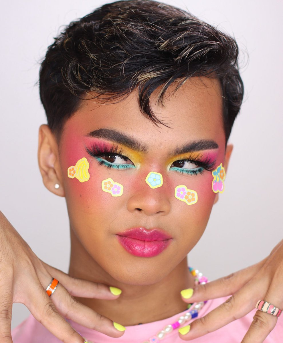 Aloha cutie!! ✨🍍🌴   The Hello Kitty Tropical Escape Collection is available now on https://t.co/5C9dbszKrN! 🍓  IG | dom.skii #HelloKittyXColourPop https://t.co/7MR0kR5spA