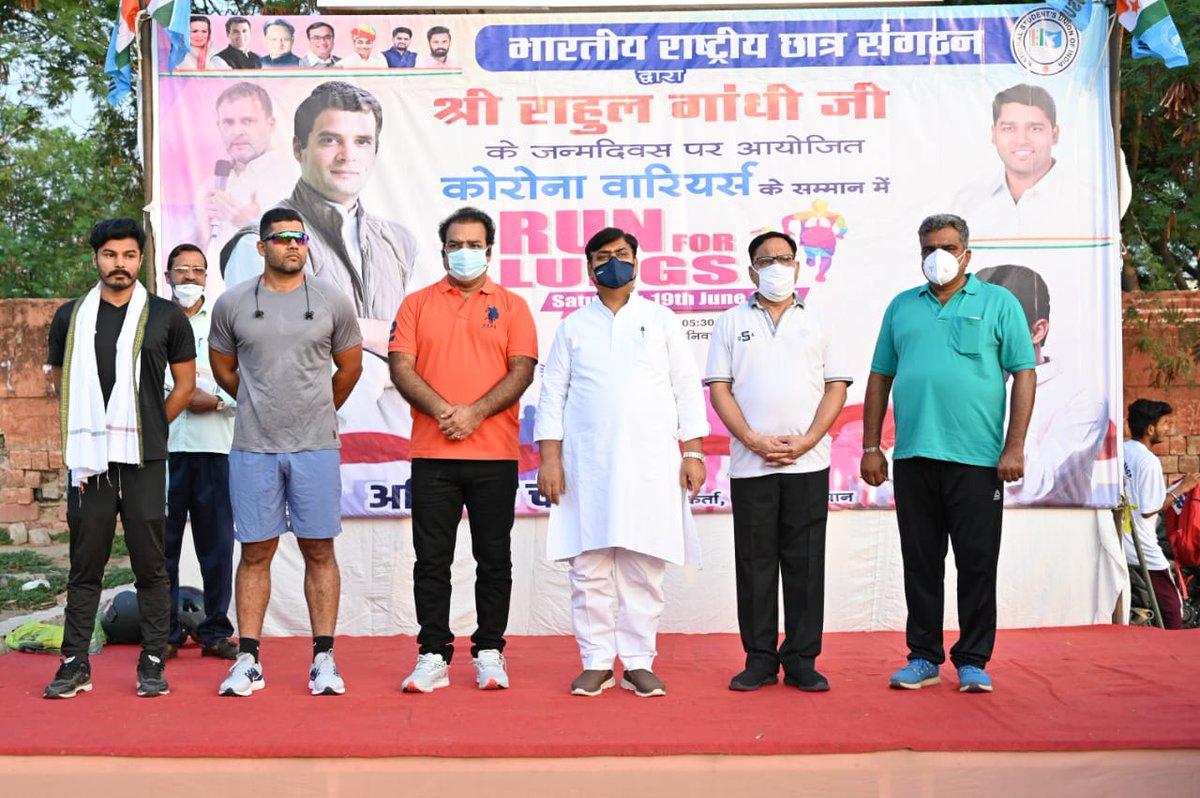 श्री @RahulGandhi जी के जन्मदिन पर आज @GovindDotasra जी ने @RajasthanNSUI द्वारा कोरोना वॉरियर्स के सम्मान में आयोजित Run For Lungs दौड़ को हरी झंडी दिखाकर रवाना किया एवं अच्छी सेहत के लिए युवाओं को नियमित व्यायाम के लिए प्रेरित किया। @PSKhachariyawas #HappyBirthdayRahulGandhi https://t.co/zgI5ZH8fnI