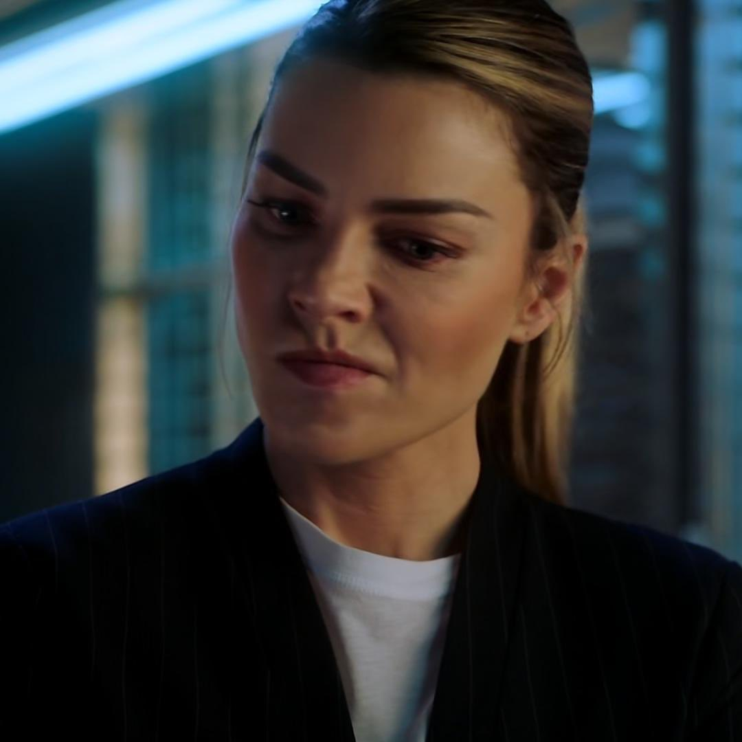 """remember when chloe decker kissed michael and she was like """"nah this son of a bitch ain't my man"""" https://t.co/86VtOhP2V2"""