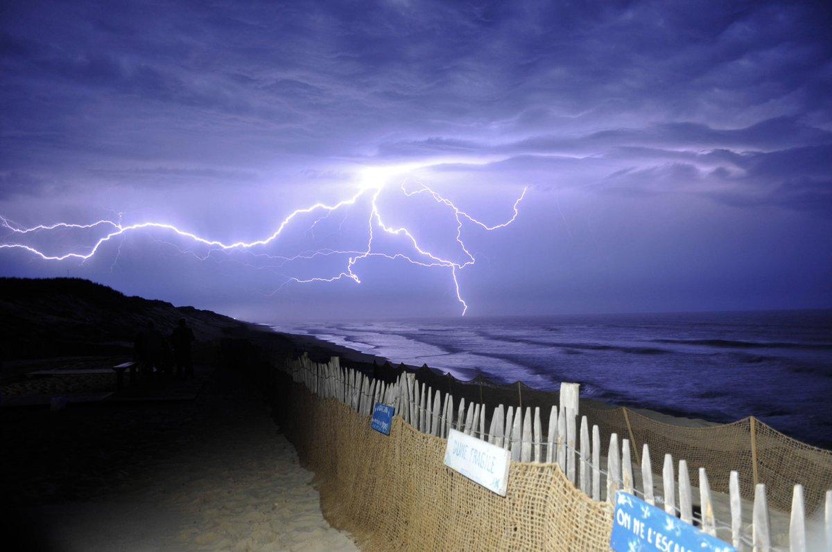 Très belle vue des #orages du milieu de nuit dernière en #Gironde. Arrivée d'un puissant système orageux très électrique à Carcans. Photo Julien Georget. #lightning