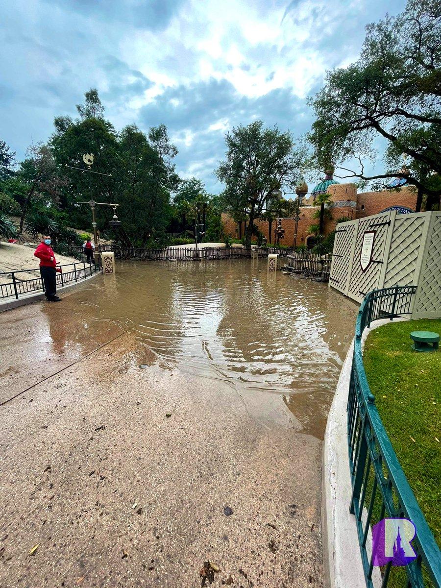⛈ Pretty severe flooding in Adventureland: https://t.co/h0DxbEeTDL