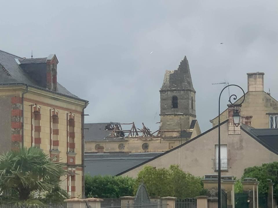 L'église de Saint-Nicolas-de-Bourgueil très fortement impacté par le passage de la #tornade il y a quelques minutes. Photo par Anthony Pantaléon sur Facebook