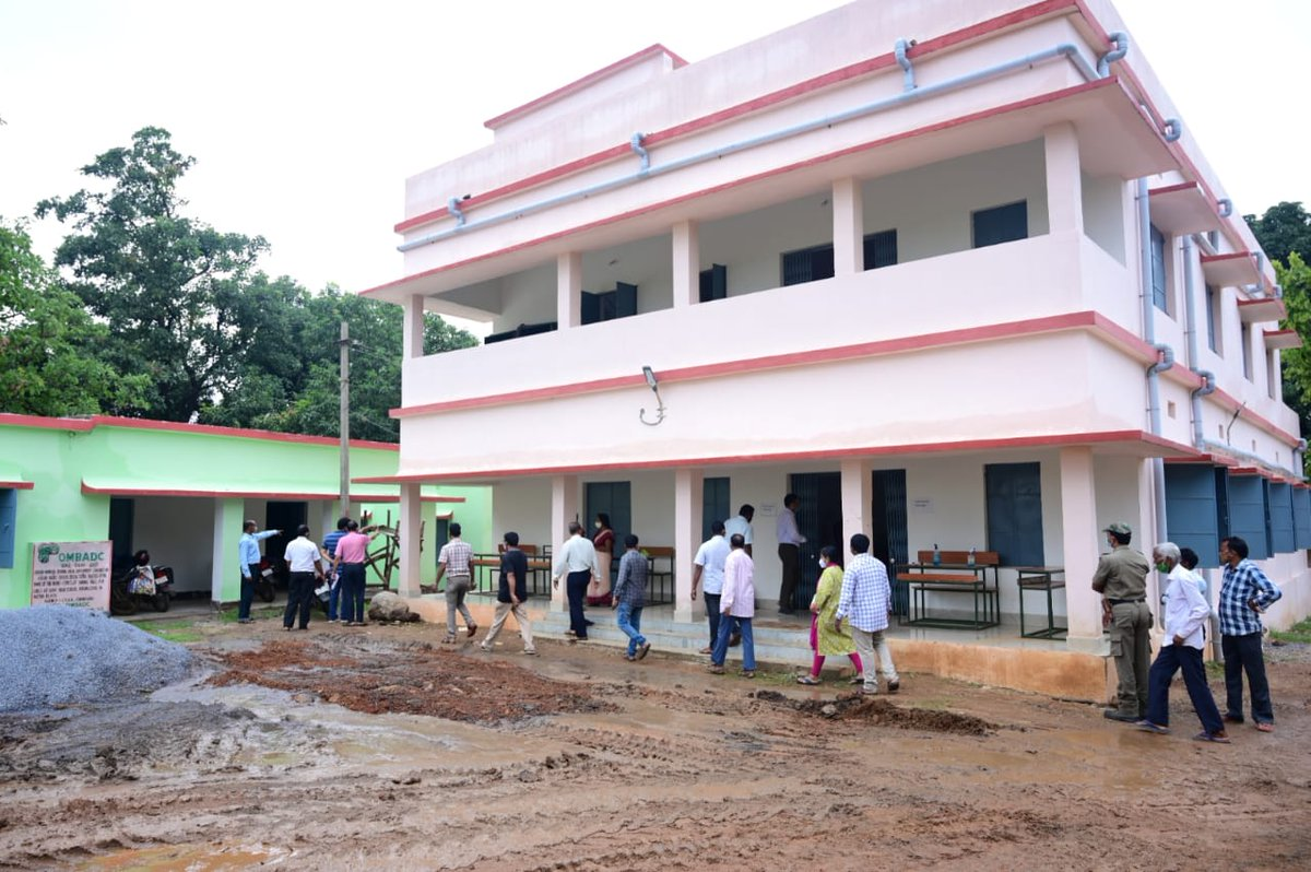 Collector, Shri Nikhil Pavan Kalyan & PD DRDA, Shri Bhairab Singh Patel visited Kutra to review progress of the High School Transformation Programme under @MoSarkar5T initiative of the state Govt. 50 schools have been taken up in the 1st phase at Sundargarh district. @CMO_Odisha https://t.co/bAnLQXLBv2