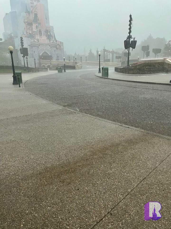 ⛈ Massive flash storm over Disneyland Paris! https://t.co/XVndXG2DHm