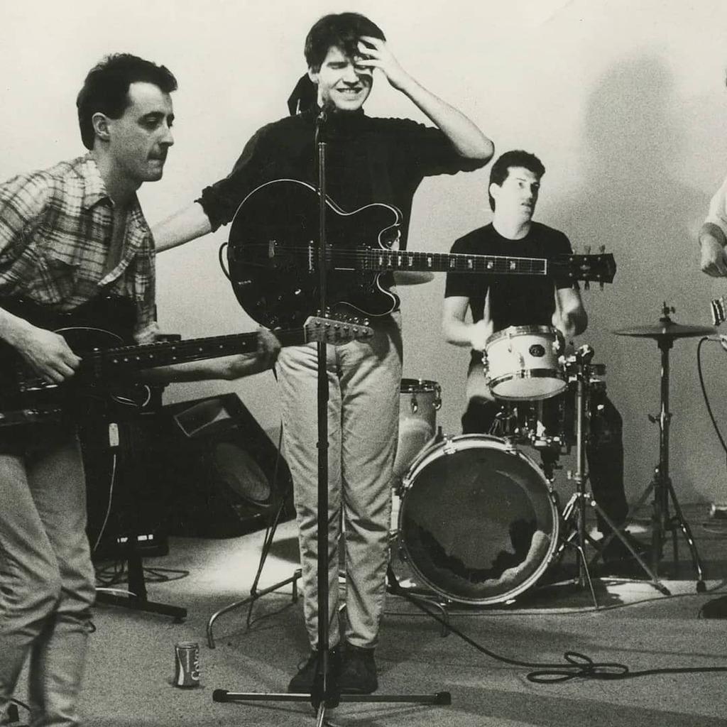 Lloyd Cole & The Commotions maakt muziek in de stijl van The Smiths. De Schotse band bracht 3 albums uit die het vrij goed deden. Bekende hits waren Perfect Skin en Rattlesnakes. #lloydcoleandthecommotions #musichistory #muziekgeschiedenis https://t.co/7bGfhz8I9x https://t.co/1QnrQKlBbO