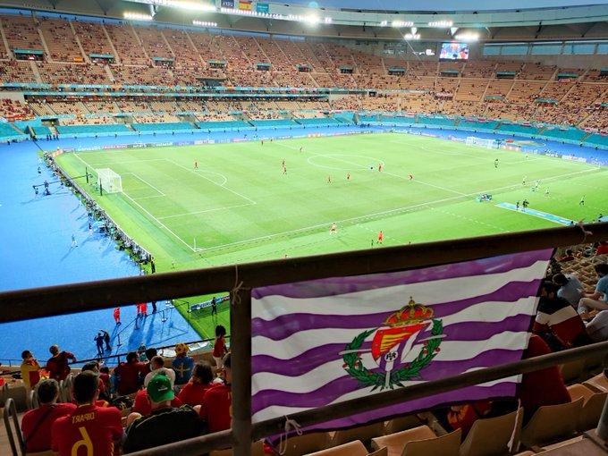 Nuestros colores luciendo en La Cartuja 💜⚪#EURO2020