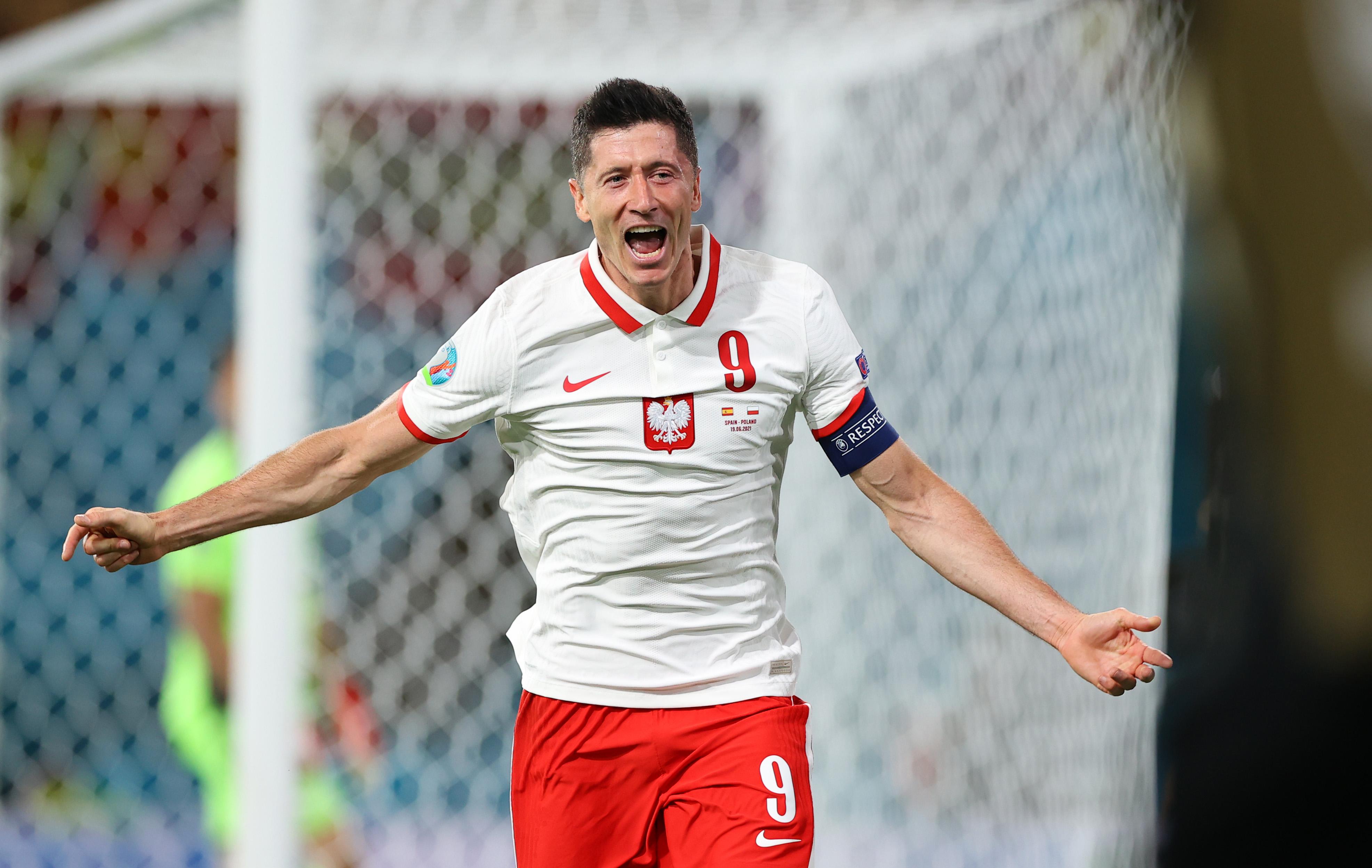 Lewandowski comemorando gol em Espanha 1x1 Polônia Euro 2020
