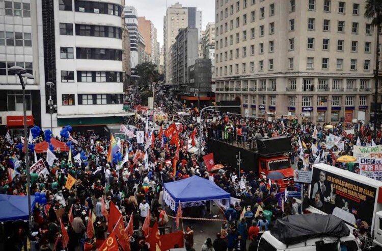 Estou em Minas Gerais e fiquei impressionado com as imagens da manifestação hoje em Porto Alegre. Sob chuva, um público imenso. #19JForaBolsonaro   📷 Anselmo Cunha/GZH/Agência RBS https://t.co/NoFkV4gLxZ