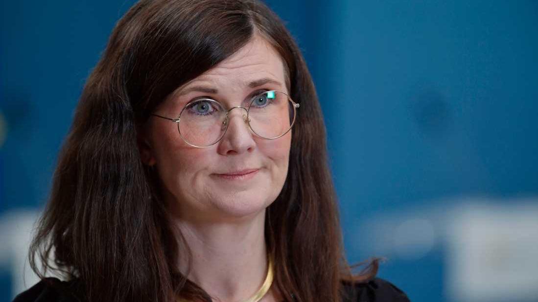 Det här är bostadsminister  Märta Stenevi (MP), men hon har tydligen flyttats upp på läktaren när bostadsfrågor hamnat i hetluften.   Löfven och Lööf tar istället över och styr detta. #svpol https://t.co/GPL3rT8l1Z