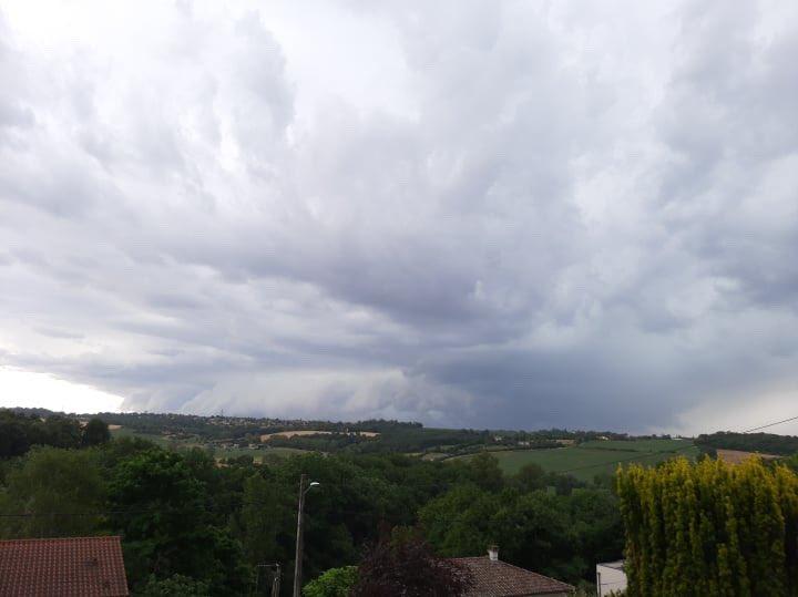 Belle cellule au sud-est de #Toulouse il y a quelques minutes. Photos par Cyrille Petit. #orages #keraunos