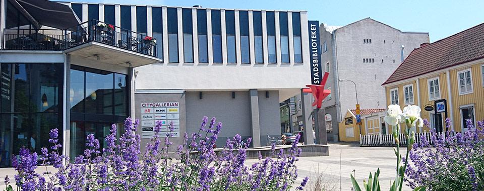 På måndag nästa vecka öppnar Stadsbiblioteket i Karlshamn med vanliga öppettider men med vissa restriktioner. Det dröjer dock till mitten av augusti innan lokalbiblioteken och Meröppet öppnar. https://t.co/i9CNBLTXct https://t.co/VEmdJoWrtg