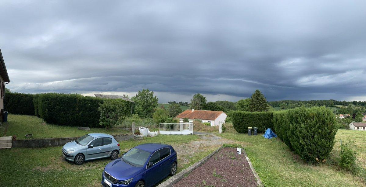 Arrivée des #orages avec de bel #arcus près de #ClermontFerrand en ce moment. Photo par Matthieu Masson. #keraunos