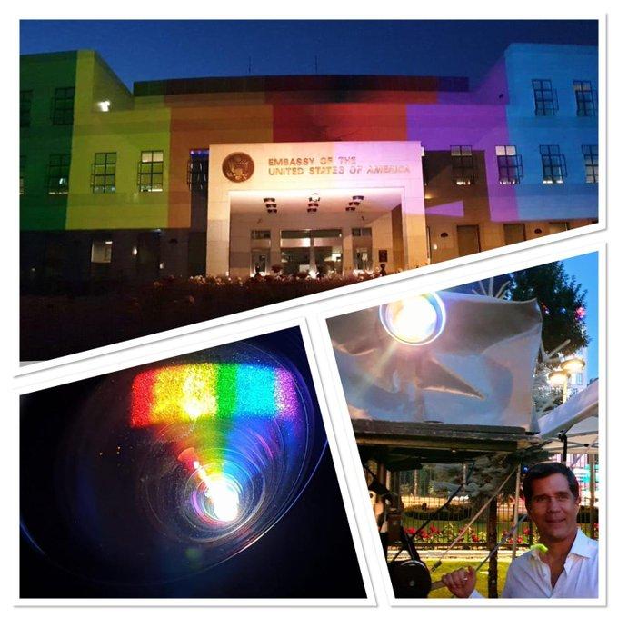 Ambasada SAD-a u BiH večeras obasjana bojama gay pride zastave, ambasador i dečko ugostili LGBTQ+ aktiviste E4_qgs8XIAcl2bn?format=jpg&name=small