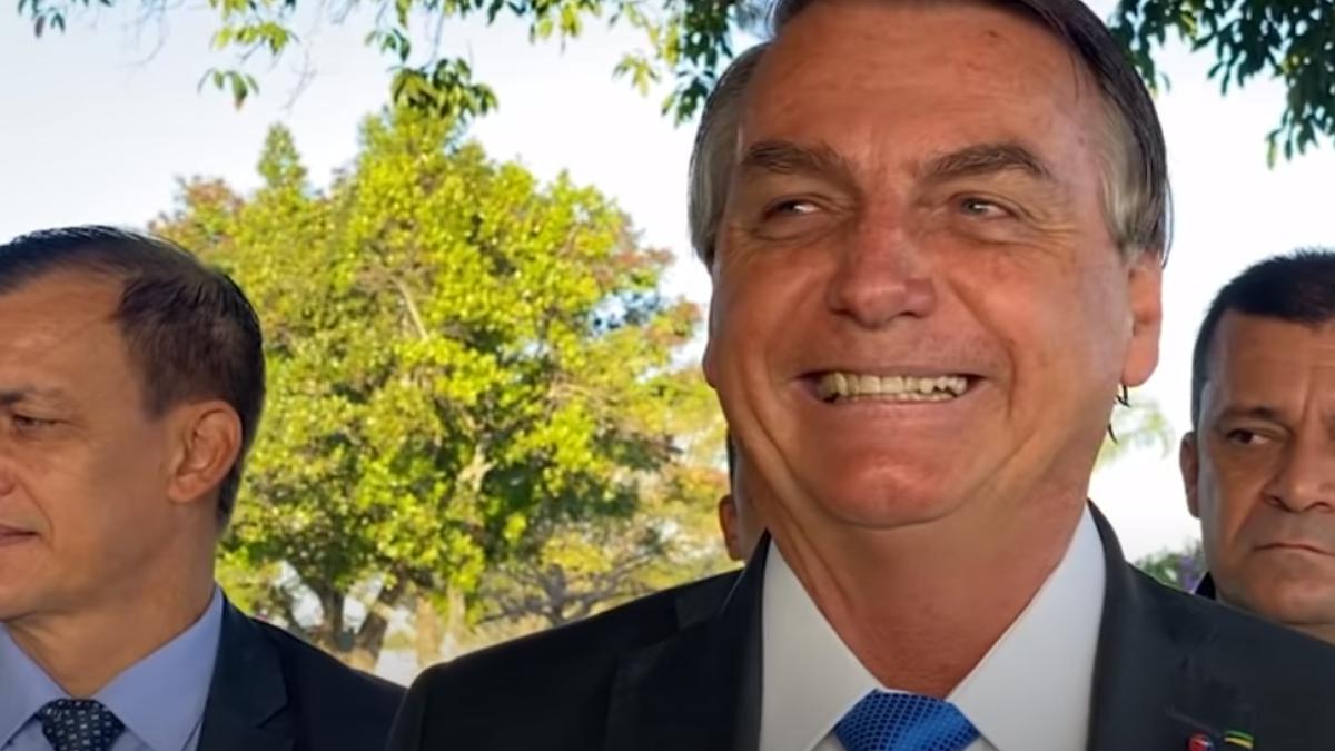 "Bolsonaro ignora 500 mil mortos e faz piada: ""Quem tiver Covid procure o doutor Willian Bonner""  https://t.co/qLII8Uitdn https://t.co/37hYIgkKKB"