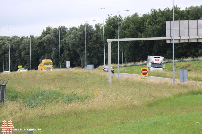 Vrachtwagen strandt bij afrit 6 Maasdijk https://t.co/oPQDQDNolU https://t.co/n9vwh8POxK