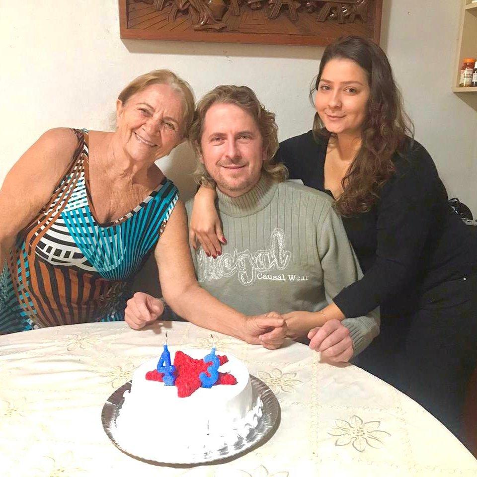 🥳 Ontem na virada para 21/06, minha mãe e minha filha já estavam cantando parabéns para mim. Amo muito as duas e tenho uma imensa gratidão por tê-las em minha vida, esse é meu maior presente! 🥰  Que venham mais 43 anos!✊❤  #bday43 #niverzd43 #aniversariodozeca  #bday https://t.co/UtGRlkGm3F