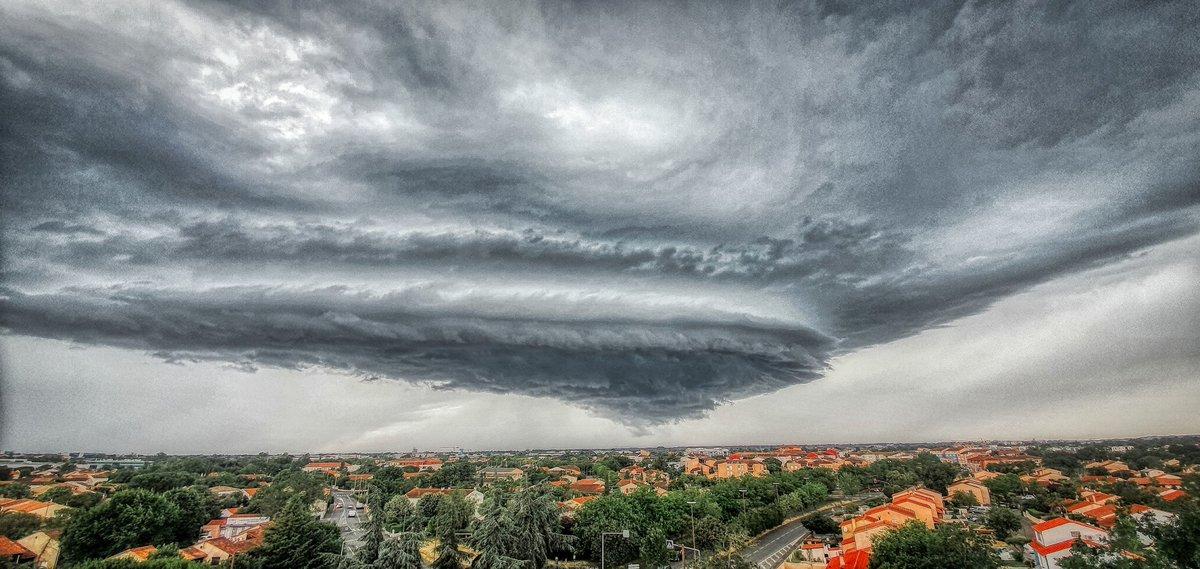 Très belle supercellule sur #Toulouse, photographiée par Cyril Parmentier cet après-midi. #orages