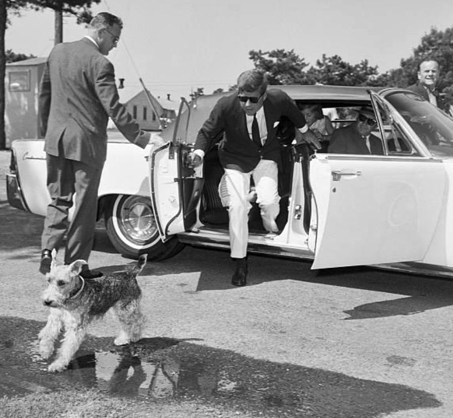 JFK chasing Welsh terrier Charlie, August 1963, Cape Cod:   #Getty https://t.co/olu76S2nfm