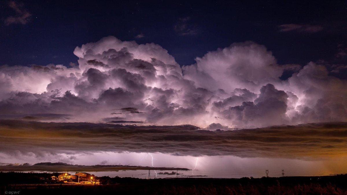 Magnifique capture d'un #orage sur #Connaux dans le #Gard cette nuit. Photo par AleXi De Géa. #keraunos