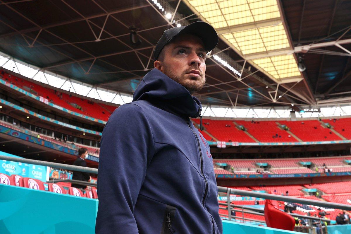 | صور من وصول بعثة منتخب إنجلترا  إلى ملعب