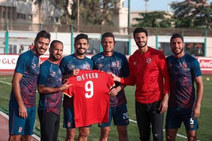 دعم لاعبو الأهلي لـ عماد متعب خلال مران