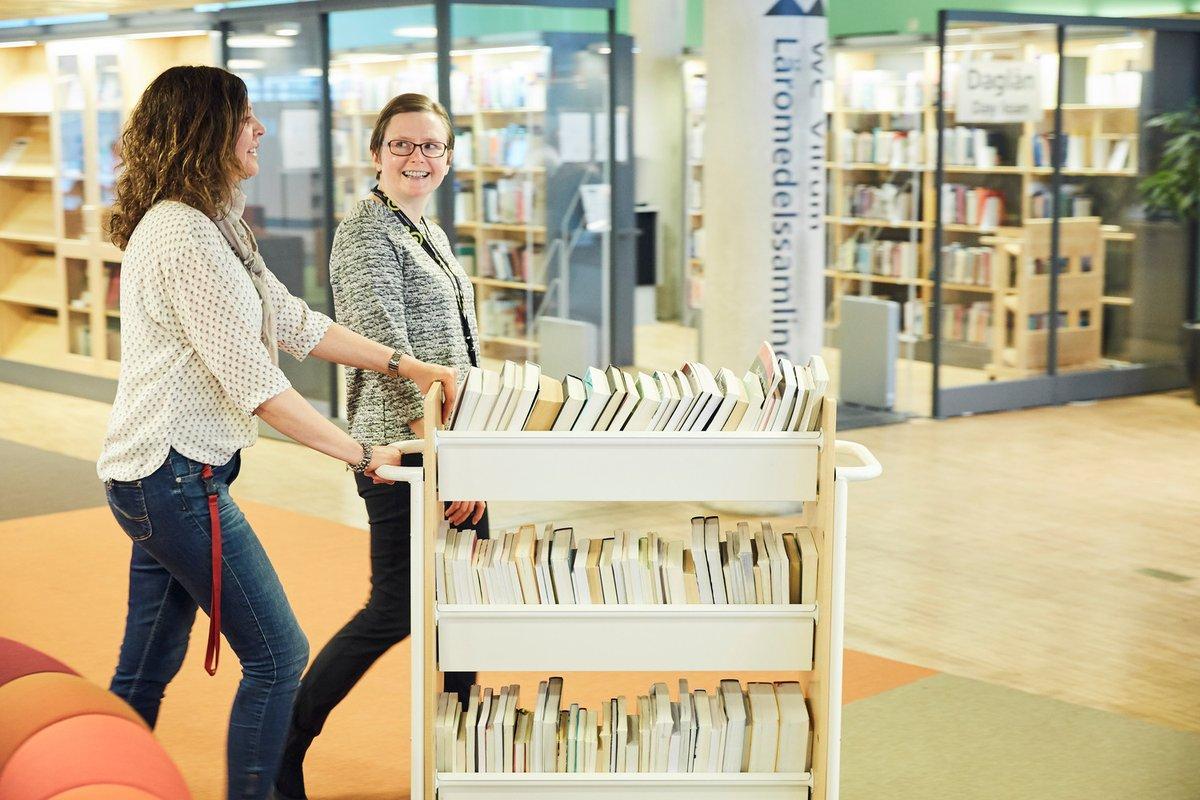 Träffpunkt biblioteksplaner – save the dates! Den 26 oktober 2021 hålls konferensen i form av en webbsändning. Den 29 mars 2022 hoppas vi på att kunna köra en fysisk konferens i Stockholm. https://t.co/kykSGJ0m6E #bibliotek https://t.co/iKguPmVwdH