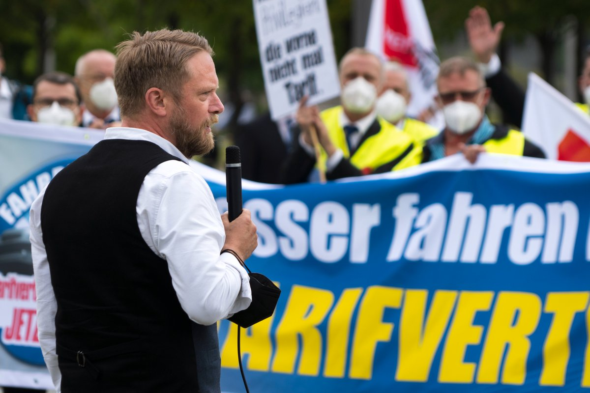 Wer Abgeordnete durch Berlin fährt, verdient damit bis zu 17% weniger als die Fahrer, die direkt bei den Ministerien angestellt sind. Das ist nicht hinnehmbar. Wir von der @Linksfraktion unterstützen die Beschäftigten des Fahrdienstes bei ihrem Kampf um einen Tarifvertrag! https://t.co/ifLsKuhwoW