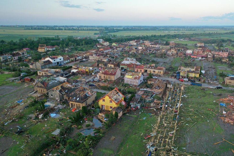 Le village d'#hrušky complètement  ravagé par le passage de la tornade hier soir. Photo David Malik @Blesk24  via