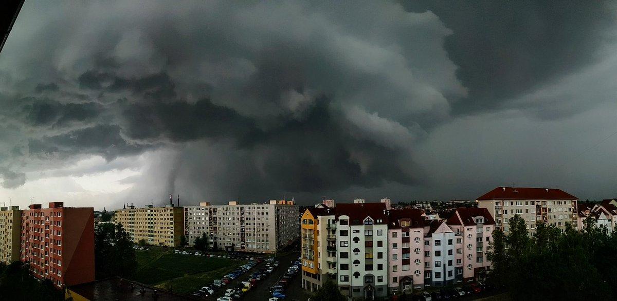 Voici la #supercellule qui a touché la région d'#Hodonín en République Tchèque avec sa #tornade derrière. Photo par Vojtch Bernátek via @CzechView21 #supercell #CzechRepublic #Tornado